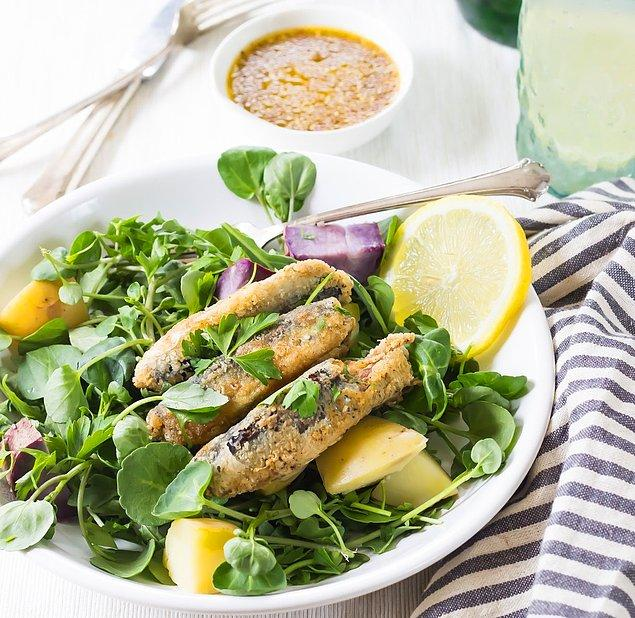 7. Sofraların havasını bir anda değiştirecek sardalya salatası önerimiz var!