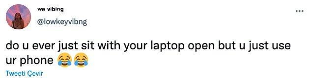 """15. """"Hiç laptopunuz açık bir şekilde oturmanıza rağmen telefonunuzla oynadığınız oldu mu? 😂😂"""""""