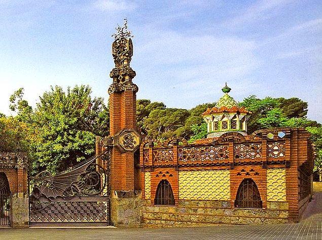 Katolik inanışına bağlılığı Eusebi Güell ile ortaklığının kurulmasına yardımcı oluyor, aralarındaki yakınlığı arttırıyordu. Bu anlaşma Güell adı taşıyan Pavilyon, Saray, Mahzen, Colonia Türbesi ve Parkı gibi çok güçlü eserleri inşa etmesine olanak sağladı.