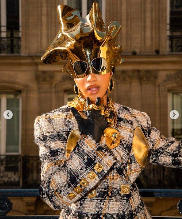 Cardi'nin Paris Moda Haftası macerası burada bitmedi tabii ki, dün sabah da Prada kıyafetleriyle görüntülendi kendisi.