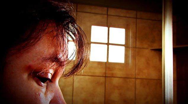 Duş sesini duyduğu anda gerilmeye başladığını ve paniğe kapıldığını ifade eden Riah, duş almak zorunda kaldığında yanında birine ihtiyaç duyuyor.