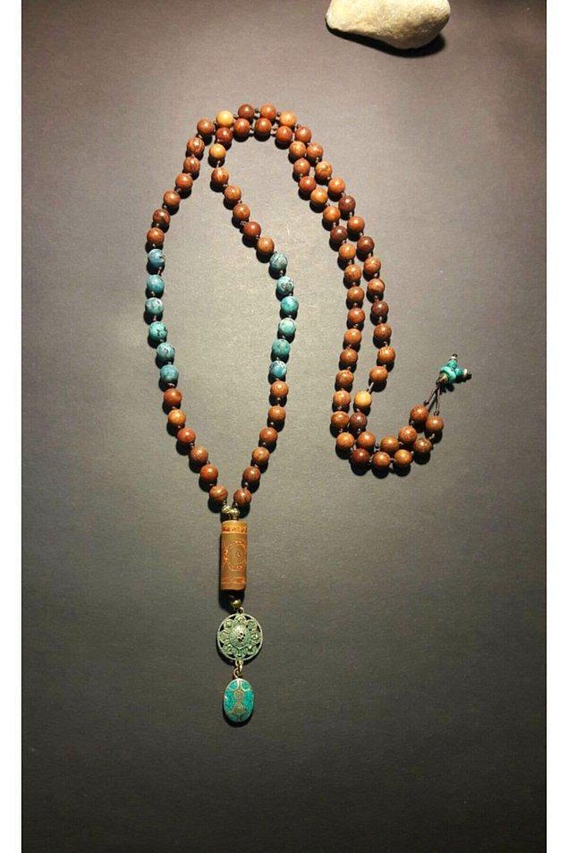 9. Sandal ağacı ve mavi doğal taşlı, Tibet akiği ve alpaka uçlu harika bir bohem kolye.