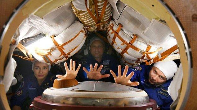 Soyuz MS-19 aracı ile Kazakistan'ın Baykonur üssünden uzaya gönderilen ekibin içinde filmin yönetmeni Klim Şipenko ve 37 yaşındaki oyuncu Yuliya Peresild ile onlara eşlik eden kozmonot Anton Şkaplerov da bulunuyor.