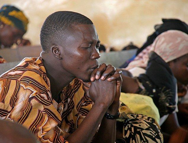 """1. """"Nijerya'da bütün toplantı ve buluşmalar dua ile başlar. Hatta ülkenin Federal Konseyi toplantıları ve futbol takımının maçları öncesinde bile dua ederler."""""""