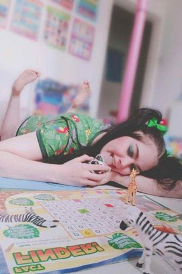 """""""Her zaman çocuk oyuncaklarını sevmiştim. En güzel kısmı her şeyi salıyorsunuz, hiçbir sorumluluk hissetmiyorsunuz. Ben zor bi çocukluk geçirdim, şimdiki yaşam tarzım o günleri unutmamı sağlıyor."""""""