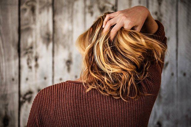 2. Saçınıza yakından bir bakın.