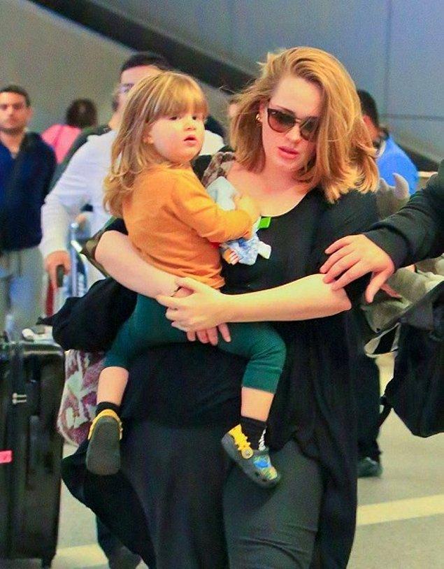 Tüm bu başarıların yanına anneliği de ekleyen Adele, 2012'de doğan oğlunun ardından müzik sahnesinden yavaş yavaş uzaklaştı ve 2017'de tamamen anneliğe odaklanmaya karar verdi.