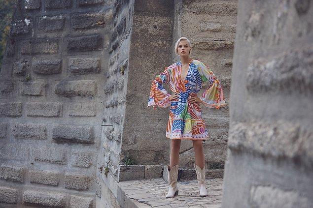 Fashion Week Istanbul'un ilk gününün ikinci kısmı, Arzu Kaprol'un ilhamını Truva efsanesinden alan ve büyük aşklara adanan koleksiyonu –H.A.Y.A.L. ile açıldı.