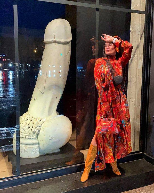 Fotoğraf olarak da penis heykeli ile çektirdiği bir anını paylaştı.